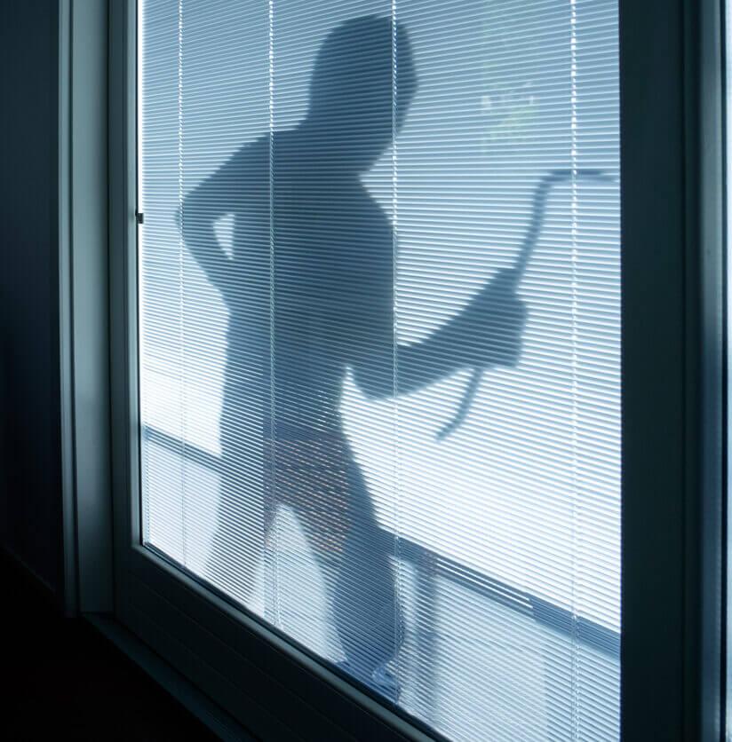 Inbreker voor het raam