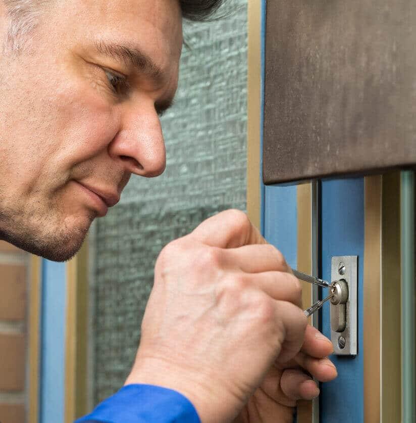 Slotenmaker opent deur